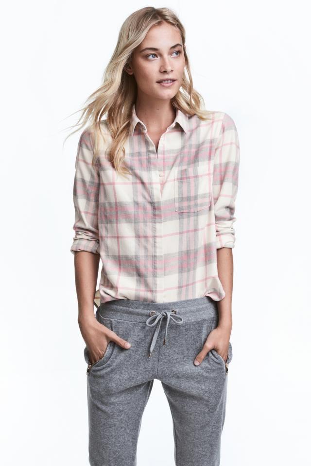 Chemise en flanelle: Chemise droite en flanelle de coton. Modèle avec boutonnage devant et poche de poitrine. Manches terminées par poignet boutonné. Base arrondie avec fentes latérales et un peu plus de longueur dans le dos.