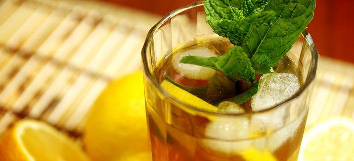 Makkelijk en lekker, zelfgemaakte ice tea met basilicum en honing. Heerlijk als het warm weer is.
