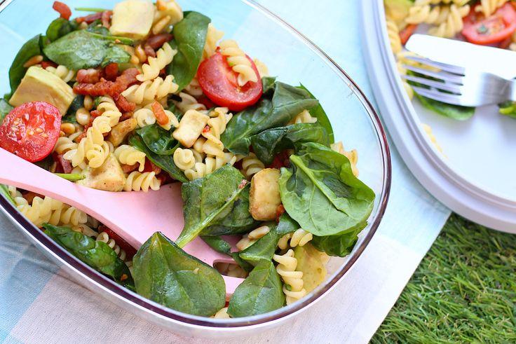 Deze pastasalade met spinazie is super eenvoudig om te maken. Perfect als makkelijke maaltijd doordeweeks of als bijgerecht voor de picknick of barbecue.