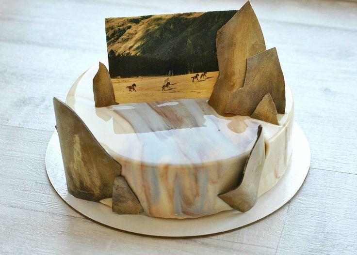 Этот торт для семьи моей любимой сестры @fottoannashadrina шоколадная открытка - ее фотография , сделанная в Горном Алтае. На днях у них с мужем была первая годовщина свадьбы. У меня эта семья ассоциируется с горами, фотографией и большими чувствами, поэтому декор хотелось сделать символичным! С праздником, дорогие! Открытку заказывала у Оли @choconyamka #тортыназаказбарнаул #тортыбарнаул #десертыбарнаул #муссовыетортыбарнаул #cakes #cake #moderncake #entremet #decoration #lovetobake…