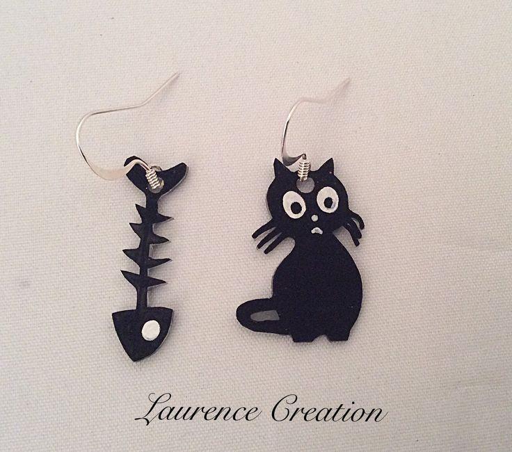 Boucles d'oreille en plastique fou noires et blanches. : Boucles d'oreille par laurence-creation