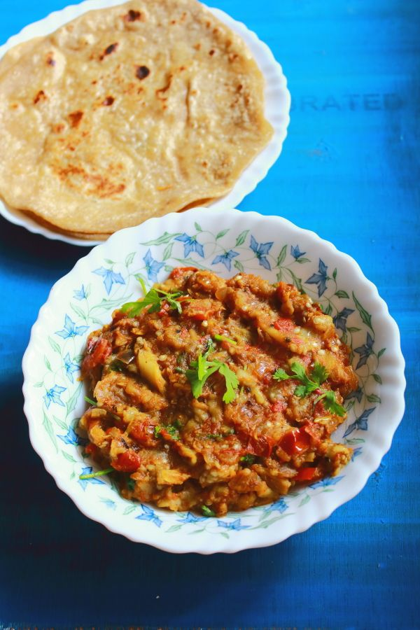 *baingan bharta recipe* - tasty and easy to make side dish for chapati made with mashed brinjal or aubergine.  It is a very easy punjabi style sidedish recipe #indianfood #food #recipes #vegetarian #aubergine #sidedish
