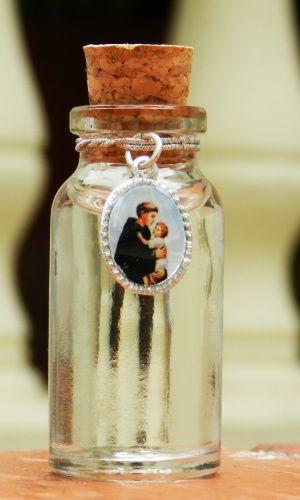 Potinho de vidro para água benta com imagem de Santo Antônio