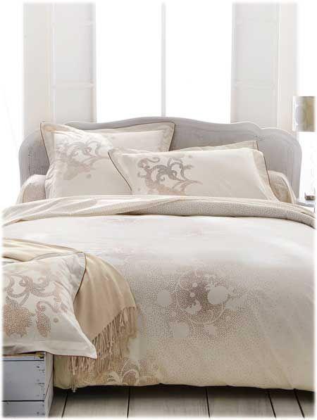 Linge de lit Anne de Solène modèle Reflet disponible sur www.grandes-marques.fr   #white #homedecor #style #fun #modern #roomgirl