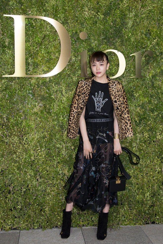 [фоторепортаж] Кико Мидзухара, Тосака Хируми, Ямада Ю и другие посетили показ Dior в Токио | SHOWASIA
