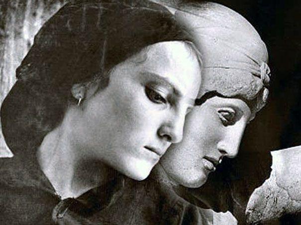 """Η φωτογραφική αυτή σειρά είχε τον τίτλο """"Παραλληλισμοί"""" και σύγκρινε βοσκούς και χωριατοπούλες με κούρους και κόρες. Η Έλλη Σουγιουλτζόγλου-Σεραϊδάρη (23 Νοεμβρίου 1899 - 17 Αυγούστου 1998) γνωστή ως Nelly's από την αγγλική υπογραφή της υπήρξε θεματολογικά πρωτοπόρος φωτογράφος με διεθνή αναγνώριση."""
