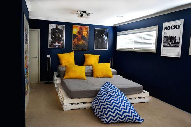 Palettenmoebel-selber-bauen-schlafzimmer-palettenbett-kobaltblaue-wande