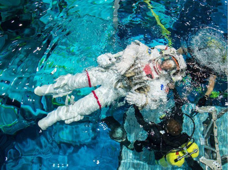 """""""Entraînement à Houston, au centre spatial de la Nasa, pendant six heures en scaphandre dans une piscine. La poussée d'Archimède permet une simulation des condition extravéhiculaires."""""""