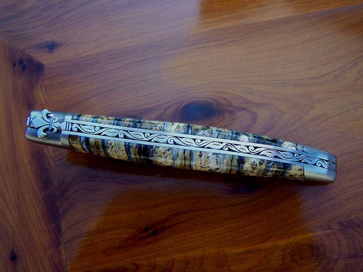 Le Joaillier du Couteau, Christophe Lacaze, ressort cisele au burin feuilles de houx et fleur de lys, lame damas, manche molaire de mammouth fossile.