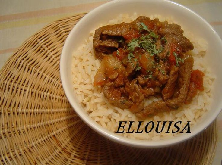 Recept voor pittige runderreepjes met rijst. Kook de rijst met zout gaar. Snijd het rundvlees in dunne reepjes. Snijd de ui fijn en pers de knoflook uit. Ontvel de tomaten en snijd ze in stukjes.