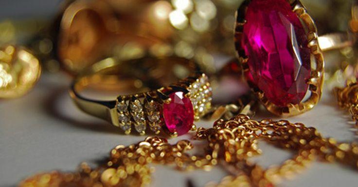 Como identificar o valor de uma joia antiga. As joias antigas referem a alguma que já tenha pertencido a alguém. Valiosas peças, muitas vezes, podem ser compradas bem abaixo do valor de mercado, se você souber procurar. Nos mercados de pulgas e até mesmo em lojas de antiguidades, frequentemente nem todas as peças são avaliadas pelo preço que realmente valem. Ao aprender a identificar marcas ...