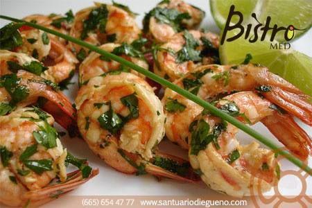 Cómo preparar #Camarones al ajillo: 1. Poner un poco de aceite de oliva en un sartén. 2. Curtir los camarones en jugo de limón. 3. Picar finamente un ajo y agregarlo al sartén. 4. Agregar los camarones con el ajo y dejarlos ahí hasta que cambien de color.  5. Una vez que adquieran el color deseado, agregar un poco de perejil. 6. Sal y pimienta al gusto.   #garlic #shrimp