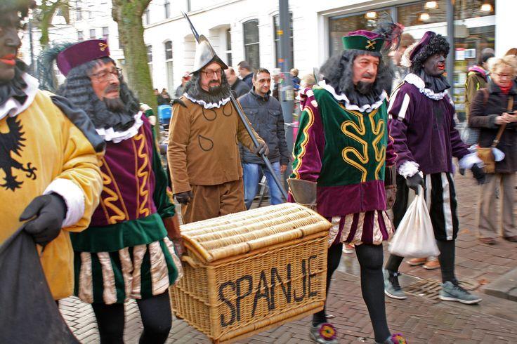 De mandendragers, de mand gaat al dik één eeuw mee met Sinterklaas. Deventer 2015