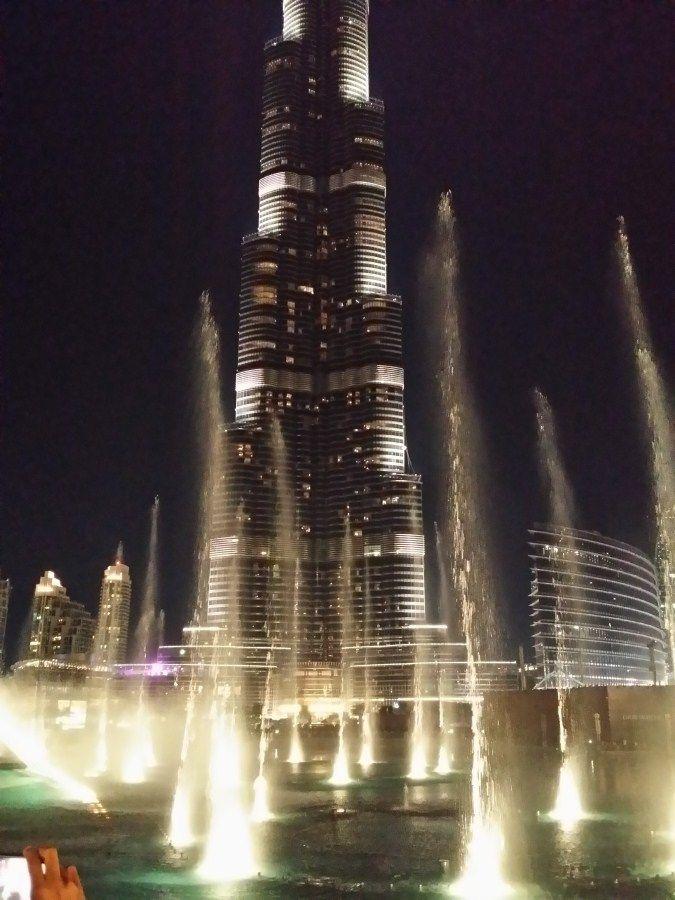 Espectáculo musical nocturno Burj Khalifa Tower (Dubai), edificio más alto del mundo.