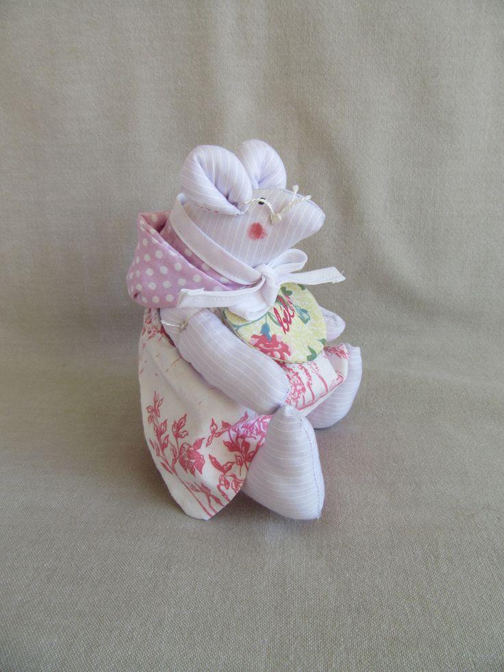 Doudou souris en coton rose et blanc avec ses vêtements assortis ( tablier , couche culotte , capuchon , bavoir )
