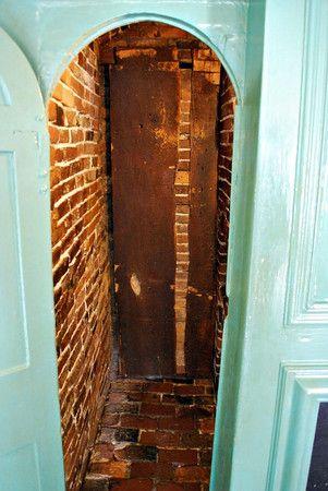 Doorway to the staircase behind the fireplace at the House of Seven Gables in Salem, Mass.  ESCALIER SI ÉTROIT QU'IL FAUT SE FAUFILER DE CÔTÉ DANS LES MARCHES EN ANGLE