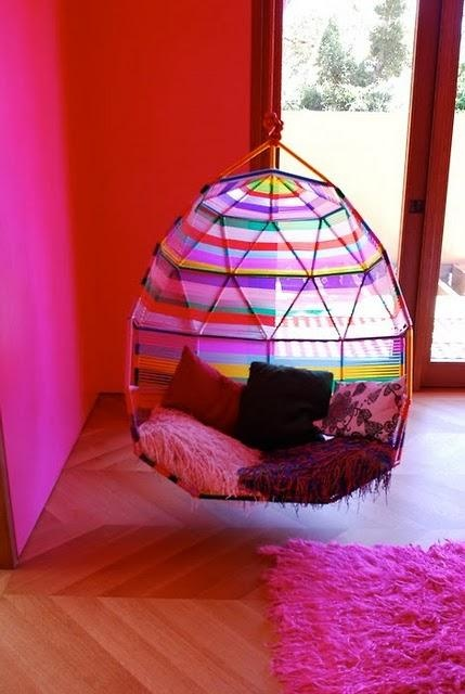 Hamacas y sillas colgantes.. I love this! The colors are so bright and pretty!