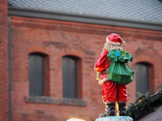 2017年11月17日 日本 窯元の煙突にあわてん坊のサンタクロースがやってきた!有田焼のまちはクリスマスムード一色(佐賀有田) | 地球の歩き方 ニュース&レポート