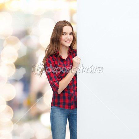 Sonriente a joven adolescente con pizarra en blanco — Imagen de stock #50370091