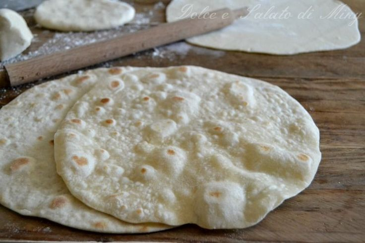 Ecco come preparare delle semplici piadine con lo strutto, sfogliate e sottili.