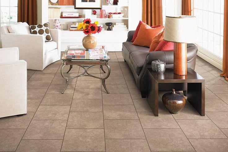 Die leichte braune Fliesen-Böden kombiniert mit der Schokolade farbigen plump Couch und die dunkel getönten hölzernen Befestigungen.
