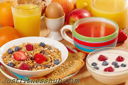 Healthy Breakfast Foods On The Go: One thing you should avoid is to start your day without eating something in morning. Skipping breakfast leads to overeating later in the day. If you have to rush in morning, opt for a quick healthy breakfast that gives you energy, satiates your cravings, & set the stage for right decisions taking throughout the day. Here is a run-down on a list of easy healthy breakfast  foods on the go, along with some expert inputs to make them even healthier!
