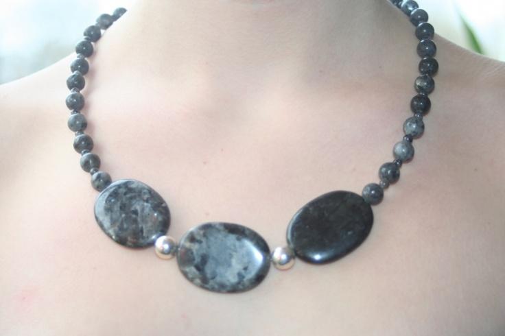 Het collier Lady Grey maakt deel uit van de de collectie Lady Grey een selectie van colliers van vulkanisch gesteente, Larvikiet genaamd, gecombineerd met sterling zilveren kralen. Larvikiet ontleent zijn naam aan de Noorse stad Larvik, die ten zuiden van -