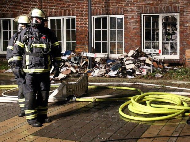 Bombeiros são vistos do lado de fora do jornal Hamburger Morgenpost, que foi incendiado neste domingo (11), na Alemanha (Foto: AP Photo/dpa, Bodo Marks) Um incêndio criminoso atingiu o prédio do jo...