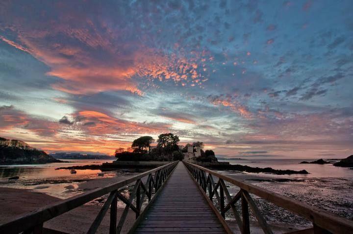 Nos despedimos de este martes desde el Puente de Santa Cruz en A Coruña, la ciudad que Vega está visitando esta semana. Un precioso atardecer que nos hará soñar con nuestros futuros viajes a la zona...¡¡que descanséis!!