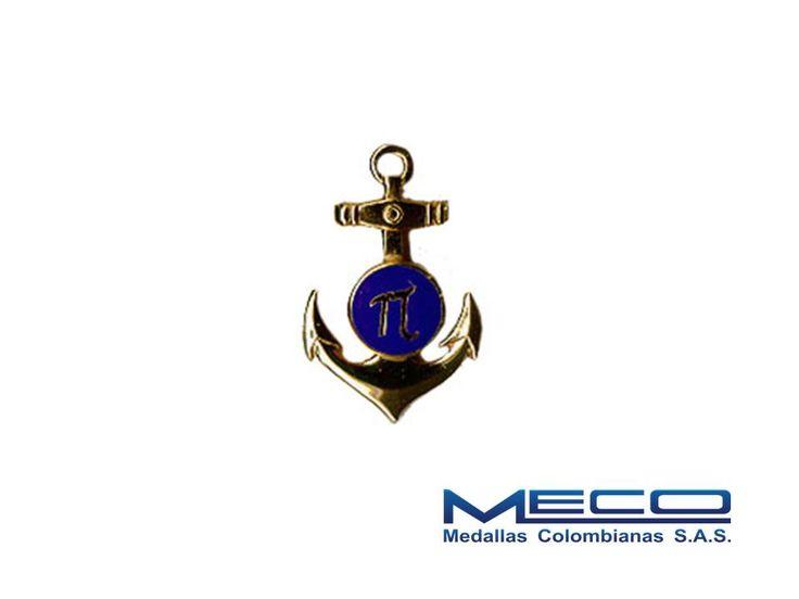 |Distintivo de Ingeniero de la Armada elaborado en crisocal, troquelado, con acabado en baño de oro y esmalte azul. Respaldo con sistema de aguja y broche a presión|.