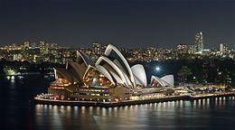 Sydney Opera House - Dec 2008.Il teatro dell'opera di Sydney (la Sydney Opera House) costituisce una delle più significative architetture realizzate nel XX secolo e tale da rappresentare quasi un'icona non solo per la città di Sydney, in cui sorge, quanto per l'Australia stessa.