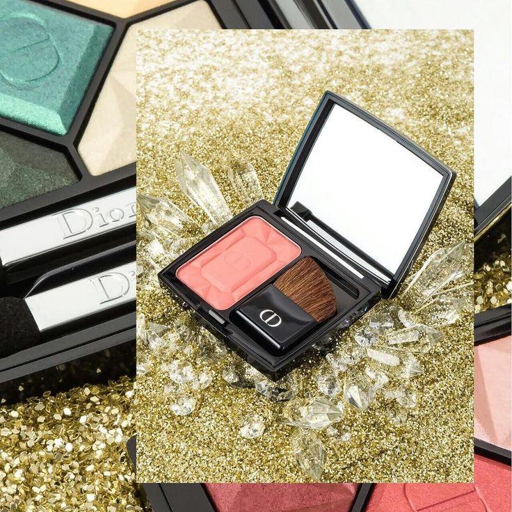 A unas horas de la llegada de diciembre te presentamos nuestra interpretación de la nueva colección 'Precious Rocks' de Dior entre cristales y piedras preciosas. Opulente brillante y diseñada por Peter Philips Director Creativo de la firma juega con la sofisticación de impresiones caleidoscópicas. Después de todo la mujer Dior es todo eso y más. . . . . . . #LBeauteMx #dior #diormakeup #preciousrocks #diorlook #diorholiday #makeup #eyeshadow #lipstick #lipsticks #lips #eyes #eye #makeup…