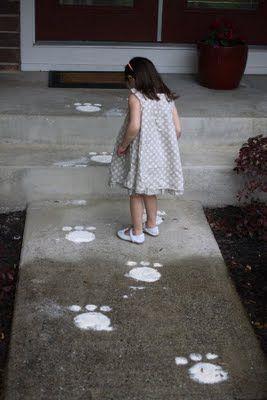 Skal dine børn lede efter påskeæg i haven i år? Gør det ekstra sjovt med påskeharens fodaftryk :-)