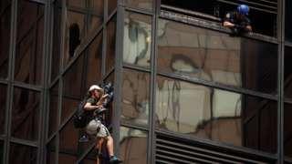 Image copyright                  AP Image caption                                      La Torre Trump tiene 58 plantas y una estructura externa de vidrio.                                Como si Donald Trump necesitara publicidad, un joven le dio mayor protagonismo este miércoles al escalar por la emblemática torre del magnate estadounidense en la Quinta Avenida de Nueva York. Durante casi tres horas, las televisiones emitieron en directo lo