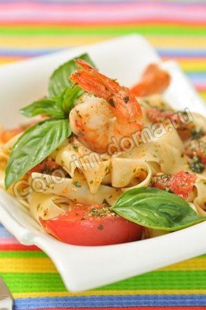Паста с креветками, базиликом и помидорами