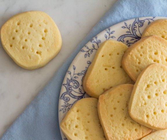 A kekszek hétköznapjaink megédesítői, apró figyelmességek, csemegék, melyek könnyebbé teszik a napjainkat. Ez a ropogós és omlós desszert tökéletes akár önmagában, akár egy tea vagy kávé mellé. Lássuk a 14 kedvenc receptünket!