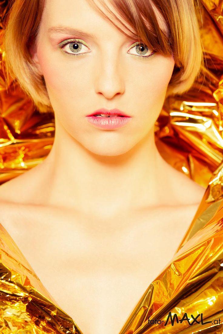 Kyara Rettungsdecke Klebeband Beauty Portrait