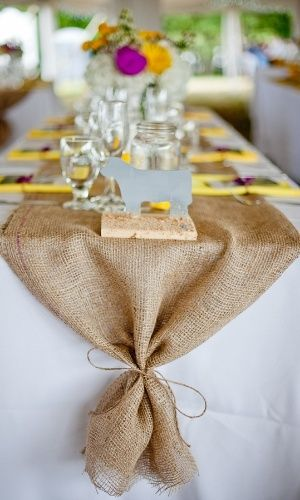 Caminho de mesa de juta é uma opção simples e barata para quem deseja dar um ar mais rústico ao casamento, especialmente se a cerimônia for no campo. A união da juta com o tecido branco, como na foto acima, faz com que a decoração mantenha a sofisticação