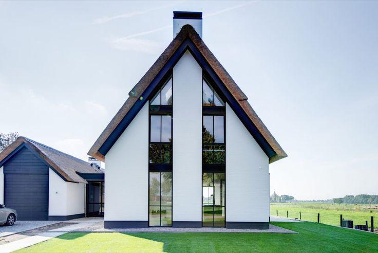 Moderne villabouw met rieten dak