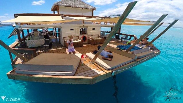 Floating pizzeria Cloud9 is in the middle of the OCEAN off the coast of Fiji | Daily Mail Online
