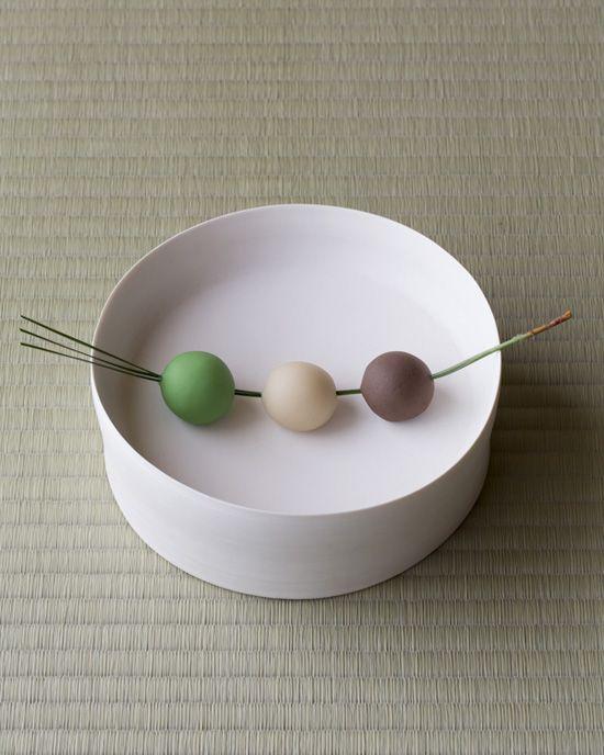 今日は中秋の名月。月の女神への捧げものです。  菓=月読/愛信堂(京都)  器=白磁台鉢 黒田泰蔵作 現代