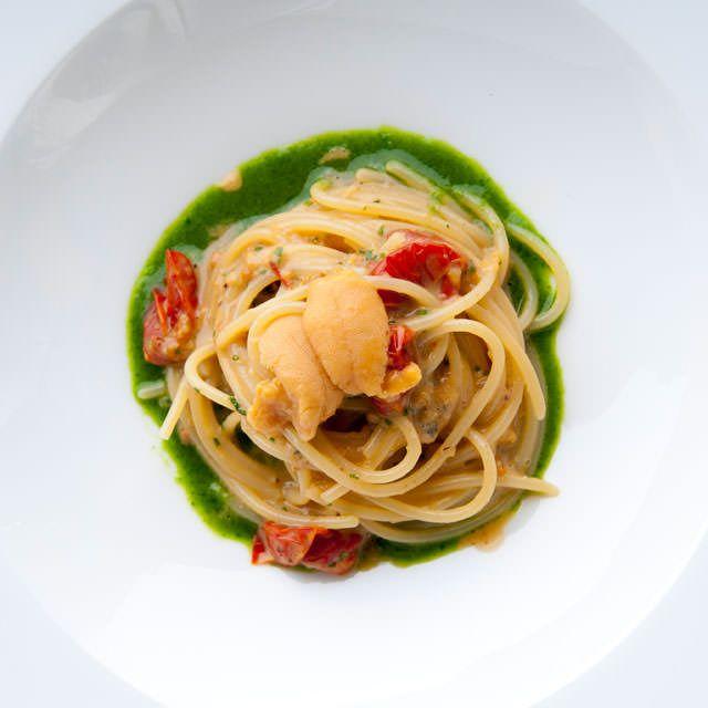 7_640(D)ESTATE_生ウニのマヨネーズ風味ソースで和えたスパゲッティ-チェリートマトのオーブン焼き-ルッコラのソース