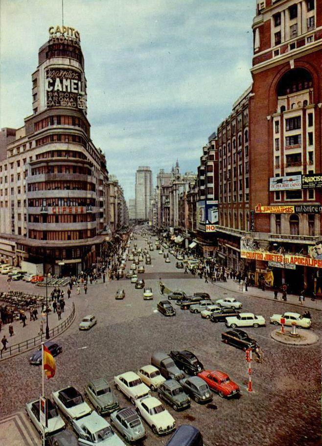 Tal día como hoy, de 1960, se inaugura la Plaza de Callao después de una intensa reforma. (Foto de 1962) #madrid