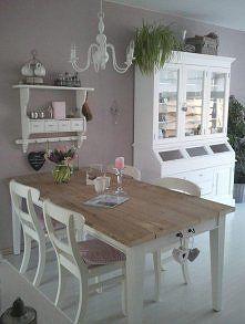 tafel met witte poten en houten blad.