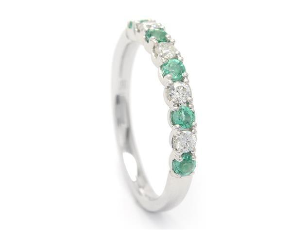 ALLIANSRING, 18K vitguld med 5 smaragder 0,31 ctv 4 briljanter 0,21 ctv, W/SI, storlek 16,75 mm