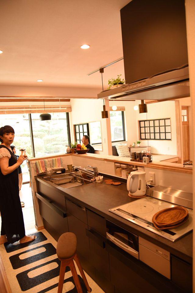 リクシルさんのシステムキッチンと造作のカウンターの組み合わせ セラミックトップの色がかっこいい 男前キッチンです キッチンのカウンタートップ キッチン システムキッチン