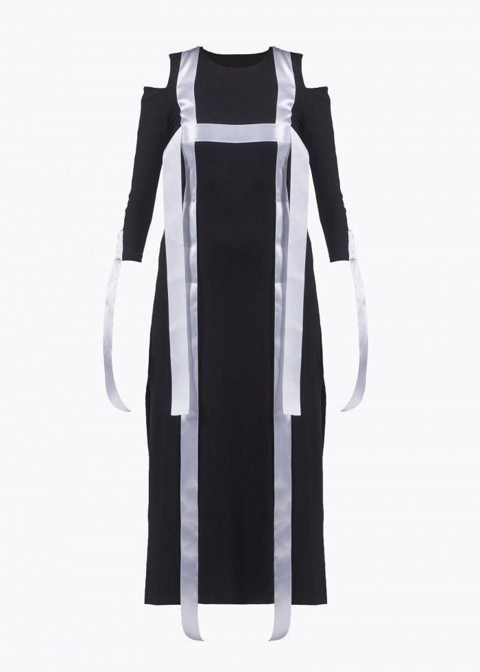 Цена: 2 990 ₽  Женское. Прямой крой. Декоративный элемент —  белые ленты. Разрезы по бокам изделия. Открытые плечи. Рост модели 168 см, размер на модели XS.