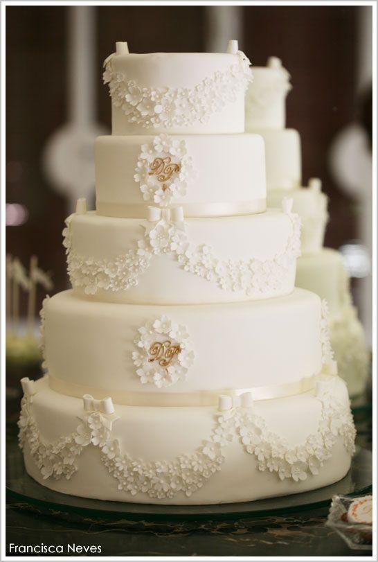 Pièce Montée / Gâteau de mariage blanc. Le rappel peut être fait grâce à une