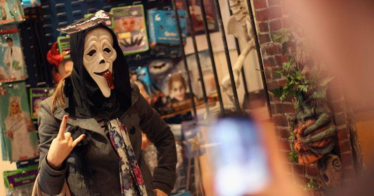 """Fantasias caseiras do filme """"Pânico"""". A fantasia clássica do filme """"Pânico"""", com o vilão vestido em preto e usando uma máscara branca e grotesca, pode ser horripilante e aterrorizante de se encarar. Mas não de se fazer. A simplicidade da peça consegue provocar medo, mas também pode ser uma réplica relativamente fácil do personagem horrendo."""