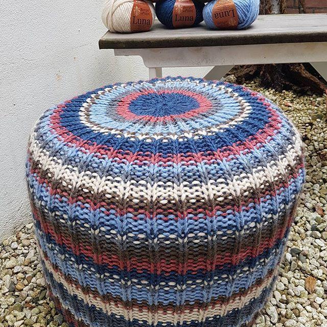 Poef gebreid van Luna van #borgodepazzi .  Heerlijk zacht! Naald 7 en 8.  #breien #HAKEN #CROCHET #knitting #haken #handwerk #voorburg #huygenskwartier #wol